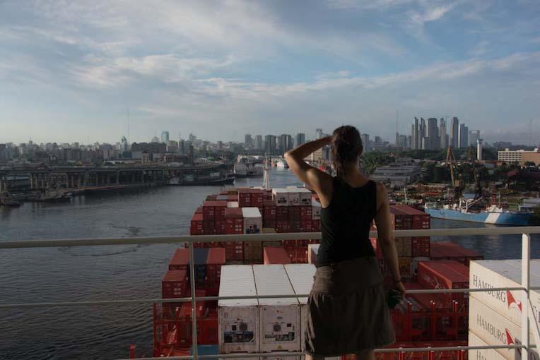 Paola auf einem Frachtschiff mit Blick auf Buenos Aires