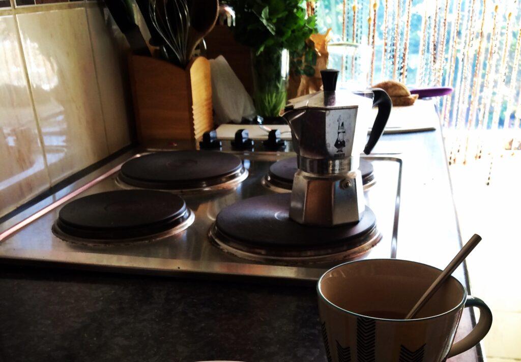 Küche mit einer italienischen Kaffeekanne